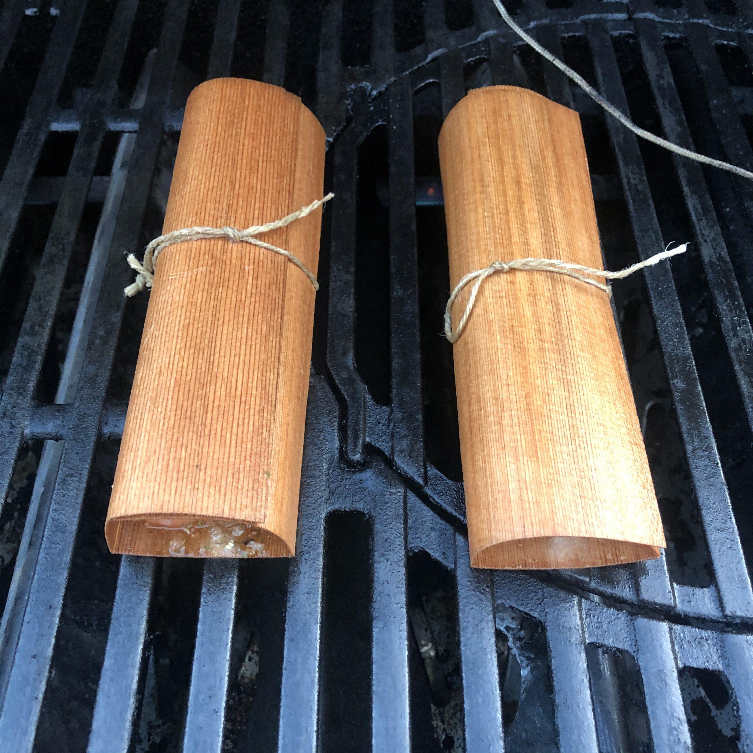 Lachsfilet in Wood Wraps aus Zedernholz auf Grill