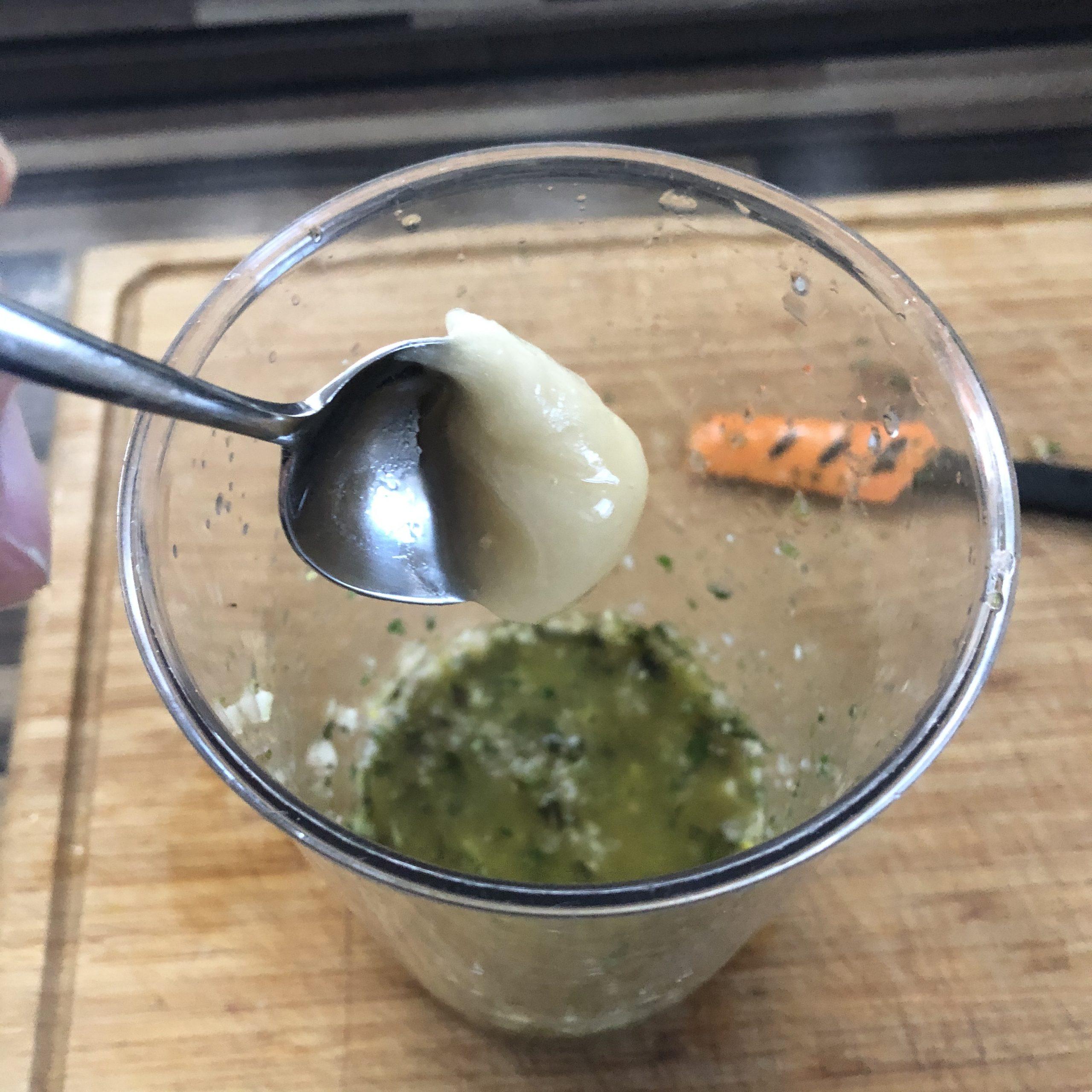 Abschmecken der Marinade mit Honig