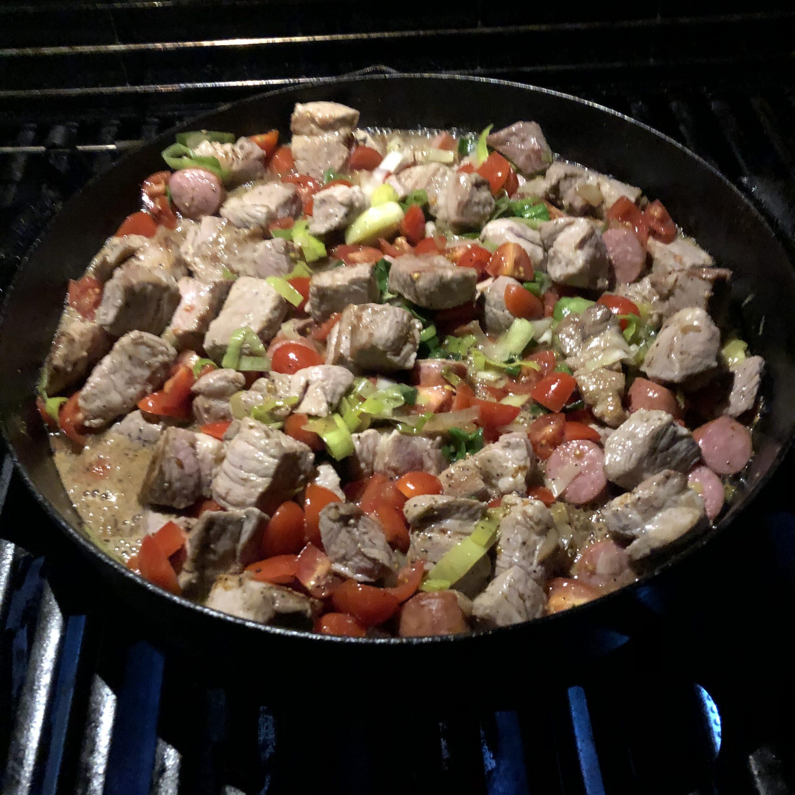 Altbier-Schmortopf mit Duroc-Nacken aus dem Dutch Oven vor dem Schmoren