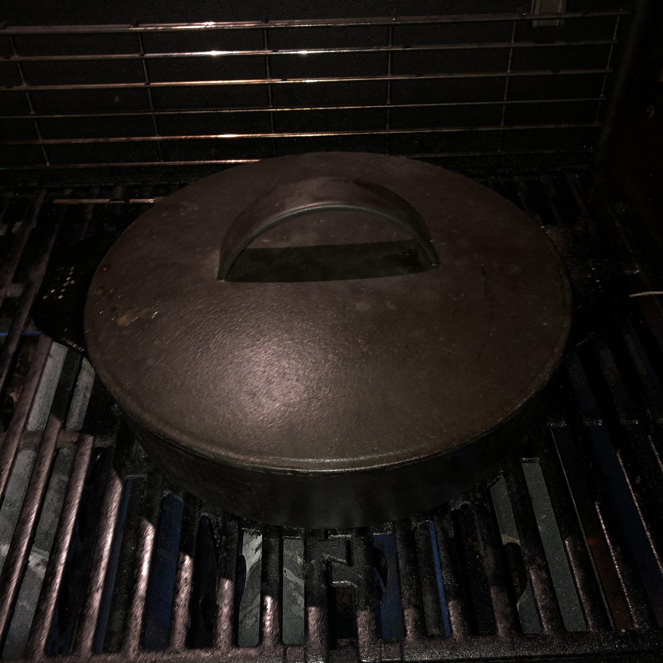 Geschlossener Altbier-Schmortopf mit Duroc-Nacken aus dem Dutch Oven beim Schmoren