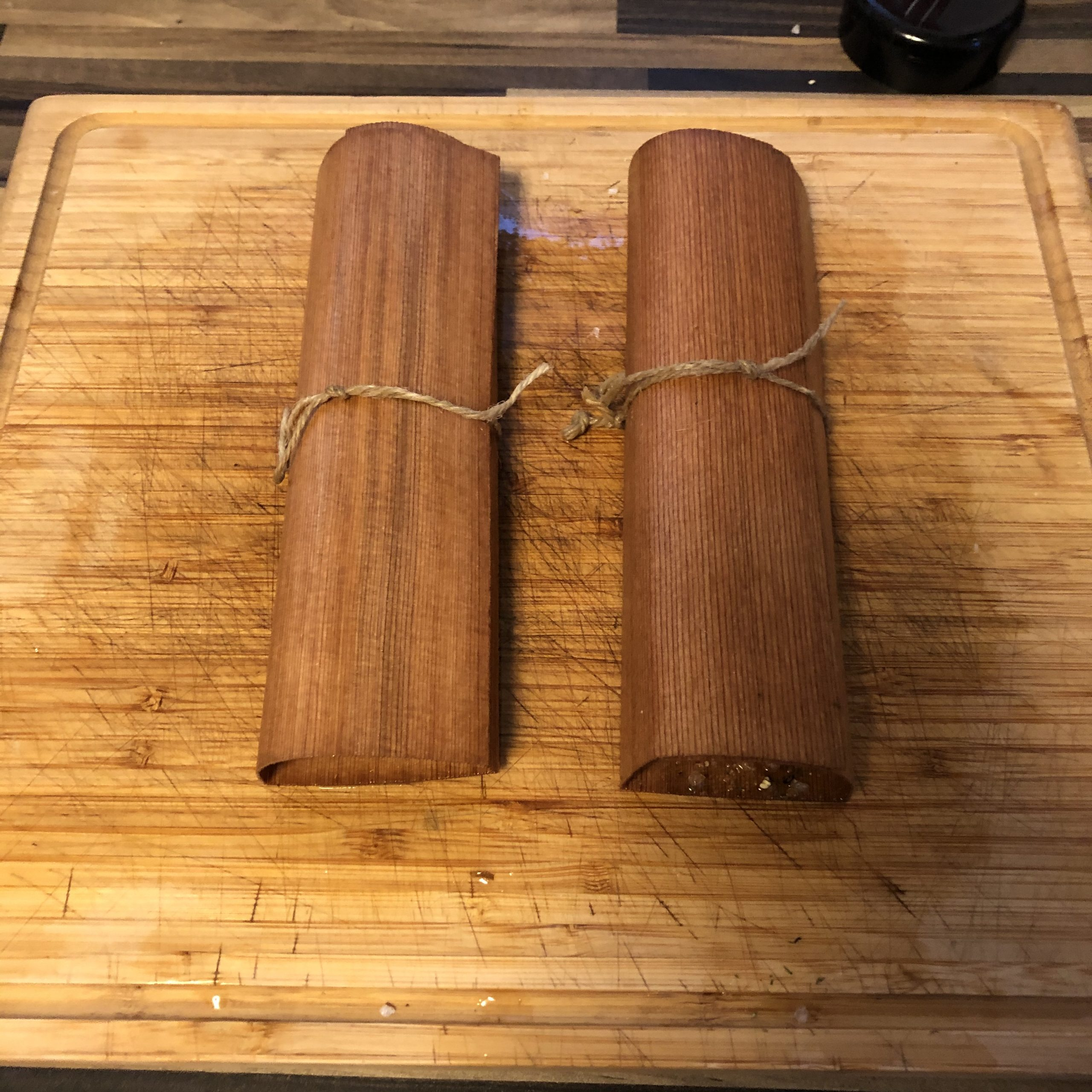 Lachsfilet in Wood Wraps aus Zedernholz mit Schnur fixiert